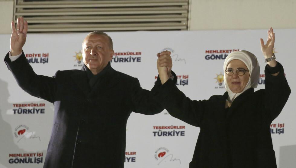 Recep Tayyip Erdogan og kona Emine på balkongen på hovedkvarteret til AKP i Ankara søndag kveld. Foto: AP / NTB scanpix