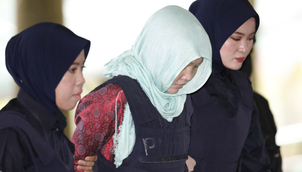 Vietnamesiske Doan Thi Huong blir ført inn av politiet i en rettssal i Shah Alam i Malaysia mandag. Malaysisk påtalemyndighet har tilbudt kvinnen å bli tiltalt for å skade Kim Jong-nam – ikke drepe ham, som var den opprinnelige tiltalen. Foto: AP / NTB scanpix