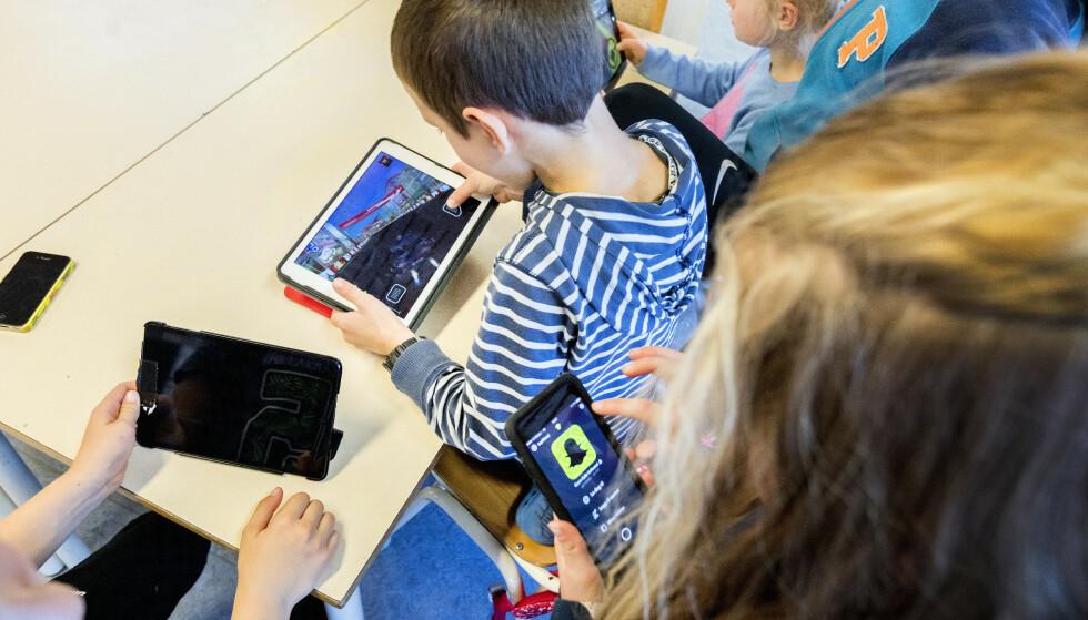 For mye tid med mobil og nettbrett kan gi barn synsproblemer og hodepine. Illustrasjonsfoto: Gorm Kallestad / NTB scanpix
