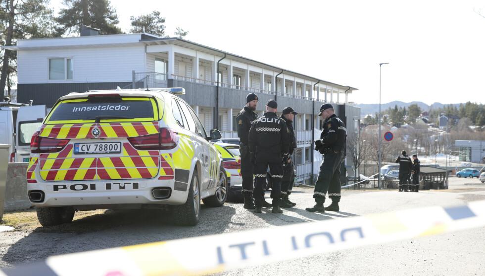 Politiet i arbeid utenfor en bolig på Strømmen hvor en kvinne ble funnet død mandag morgen. En mann er pågrepet. Foto: Håkon Mosvold Larsen / NTB scanpix