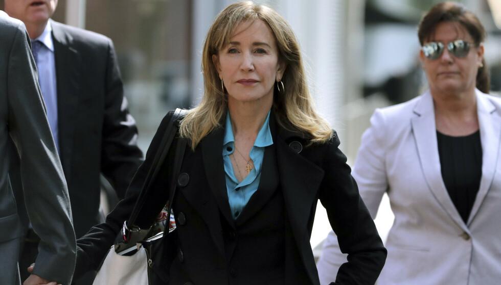 Skuespiller Felicity Huffman ankommer en domstol i Boston. Hun er tiltalt for å ha betalt bestikkelser for å sikre barna sine opptak ved et eliteuniversitet i USA. Foto: AP / Charles Krupa / NTB scanpix