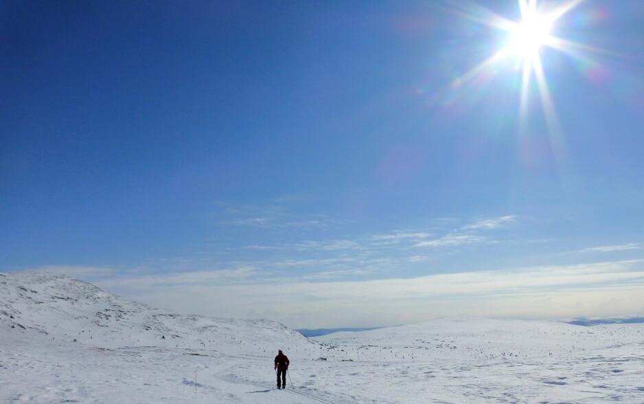 SOL: Godværet fortsetter på Østlandet. Langfredag var nok en dag med fine forhold for dem som tilbringer påsken til fjells, som her i Sødorpfjellet i Gudbrandsdalen. Foto: Paul Kleiven / NTB scanpix.