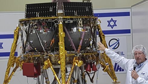 Det israelske månefartøyet ble i fjor sommer vist fram av Opher Doron, som leder selskapet Israel Aerospace Industries. Etter krasjlandingen torsdag opplyste Doron at fartøyet ble knust til biter som ligger strødd utover landingsstedet på månen. Foto: Ilan Ben Zion / AP / NTB scanpix