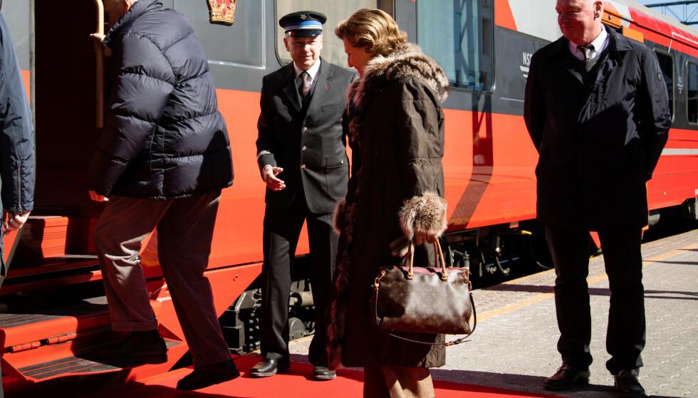 Kongeparet har tatt påskeferie og forlot Oslo S med tog fredag ettermiddag. Foto: Sunniva Tønsberg Gaski / NTB scanpix