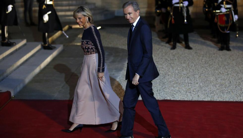 LVMH-sjef Bernard Arnault og kona Helene Mercier på rød løper utenfor Elysee-palasset i Paris. LVMH donerer 200 millioner euro (nærmere 2 milliarder kroner) til gjenoppbyggingen av Notre-Dame. Foto: AP / NTB scanpix