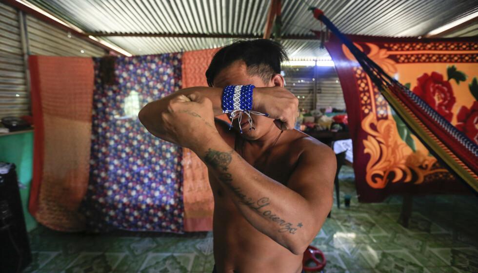 Franklin Perez (29) viser fram en tatovering dedisert til moren hans. Han sitter nå i husarrest i Managua i Nicaragua etter at han som en av 50 fanger ble løslatt fra fengsel 5. april. Han ble pågrepet for å protestere mot president Daniel Ortegas regjering i fjor. Tirsdag ble flere fanger flyttet til husarrest. (Foto: Alfredo Zuniga / AP / NTB scanpix)