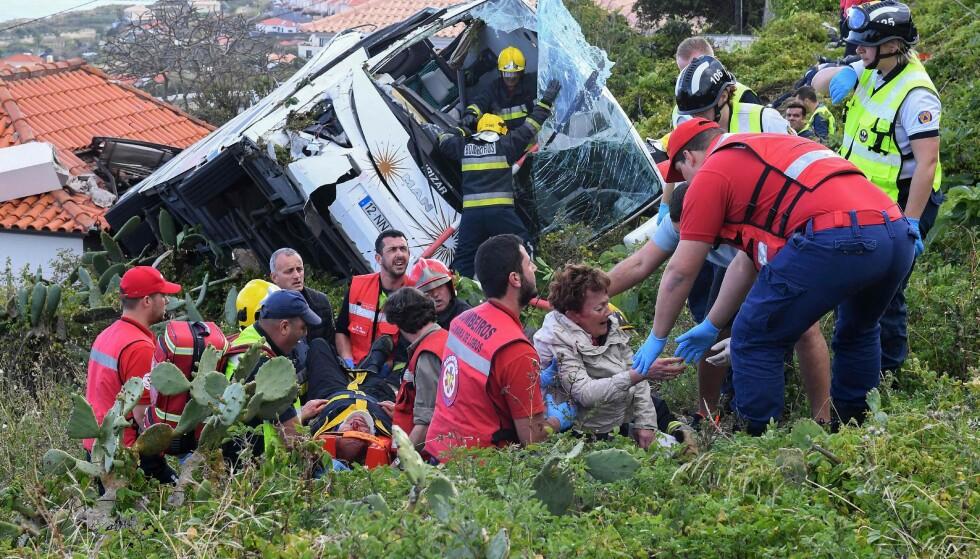 Redningsmannskaper jobbet på spreng for å redde livet til de skadde turistene. (FOTO: Rui Silva/AFP).