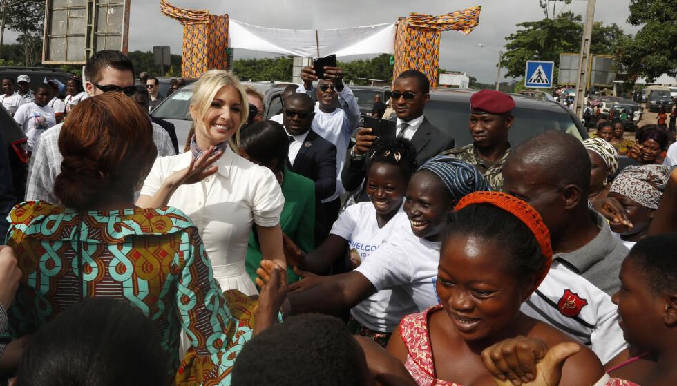 Det hvite hus' seniorrådgiver fikk en varm velkomst da hun ankom landsbyen Adzope i Elfenbenskysten onsdag. (Foto: Jacquelyn Martin / AP / NTB scanpix).