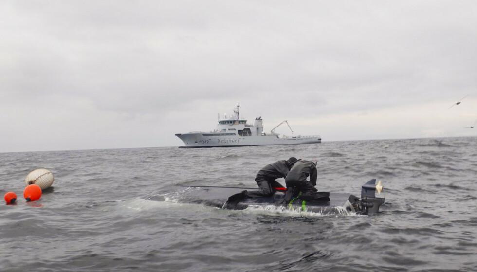 Kystvakta undersøker om båten de satt hadde et sammenstøt med et tankskip. Foto: Kystvakten / KV Sortland / NTB scanpix