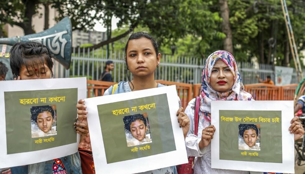 Drapet på den 17-årige jenta har ført til en rekke demonstrasjoner. Her holder tre kvinner frem bilder av den drepte skoleeleven. (Foto: Afp).
