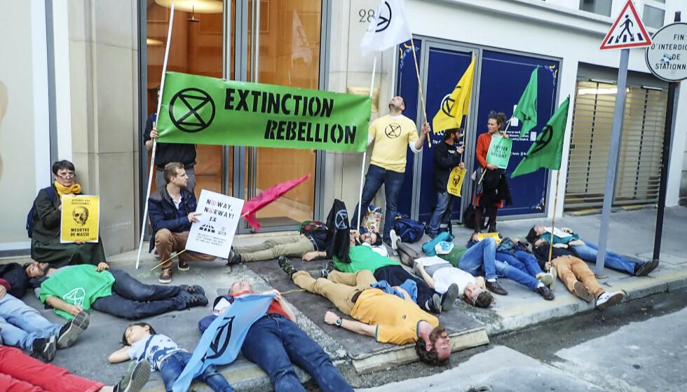 Aksjonister fra gruppen Extinction Rebellion sperret inngangen til den norskeambassaden i Paris torsdag kveld. Foto: Extinction Rebellion / NTB scanpix