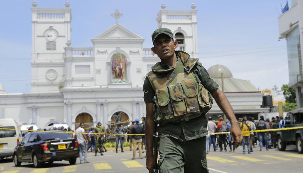 Utenriksdepartementet ber folk unngå reiser som ikke er strengt nødvendige og ber reisende til Sri Lanka holde seg unne religiøse og offentlige steder inntil videre. Foto: Eranga Jayawardena / AP / NTB scanpix