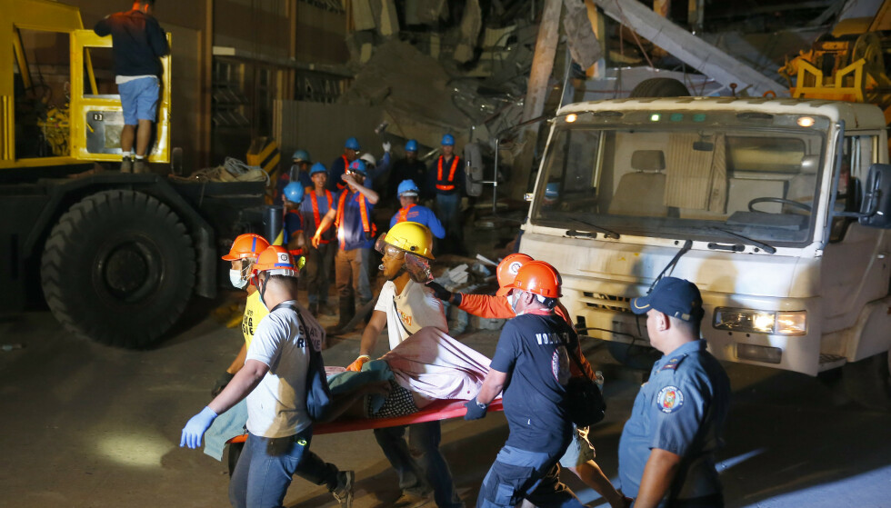 Redningsarbeidere bærer bort ett av ofrene for jordskjelvet. Flere mennesker er savnet og dødstallet kan stige ytterligere. Foto: Bullit Marquez / AP / NTB scanpix