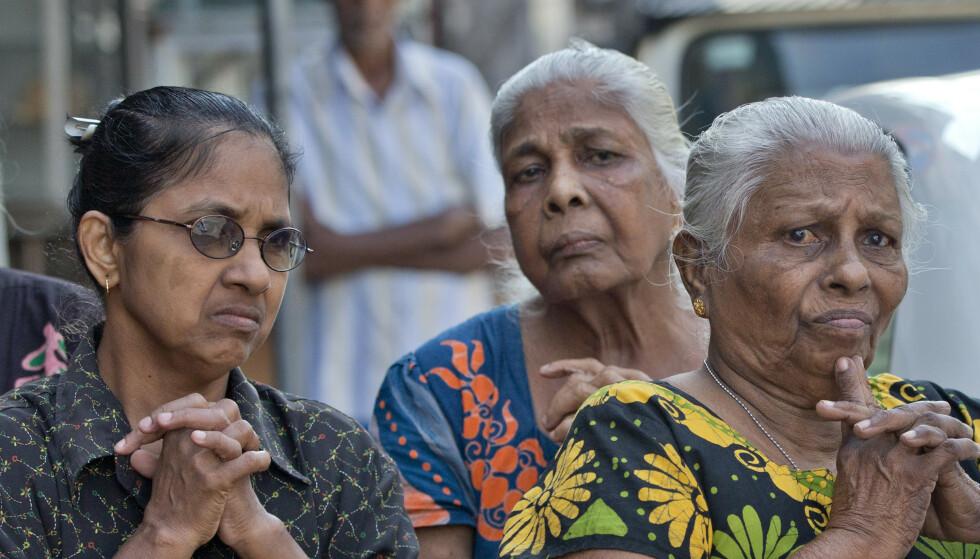 Srilankere overholdt tirsdag tre minutters stillhet til minne om ofrene for terrorangrepene som rammet tre kirker og tre hoteller første påskedag. Foto: AP / NTB scanpix