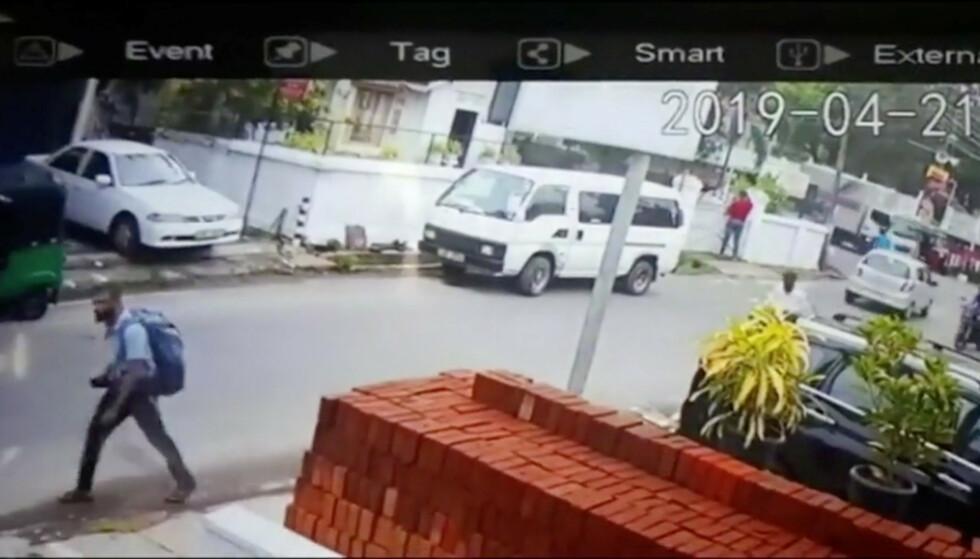 Politiet på Sri Lanka har frigitt bilde av en mistenkt selvmordsbomber som skal ha blitt fanget av et overvåkningskamera på gata i Negombo. Foto: NTB scanpix/Reuters