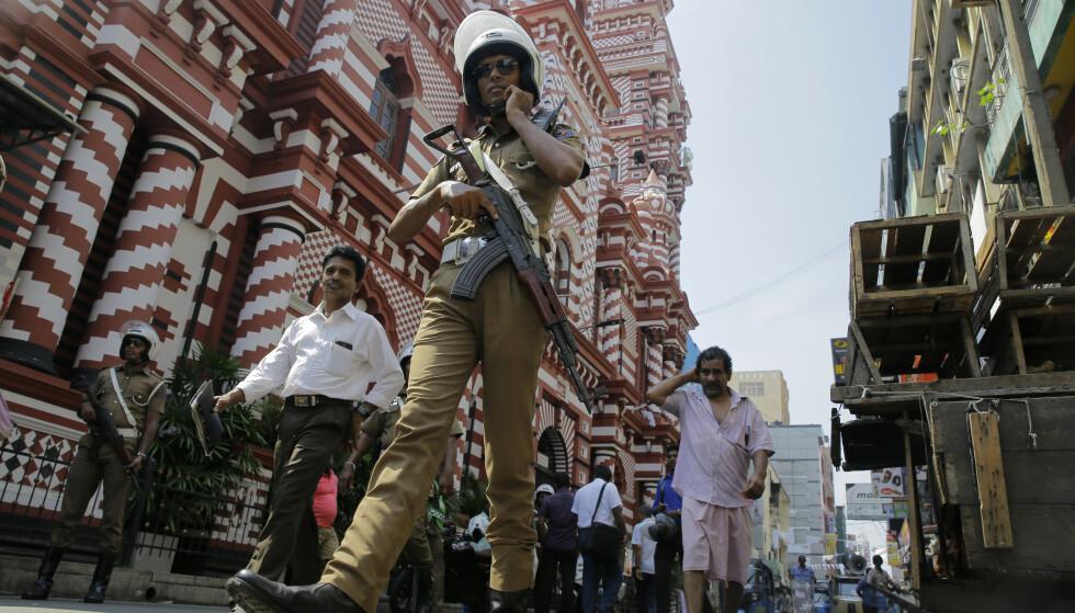 Srilankisk politi holder vakt ved flere kirker og moskeer i rundt om på Sri Lanka. Over 100 personer er så langt pågrepet ifølge myndighetene. Foto: AP / NTB scanpix