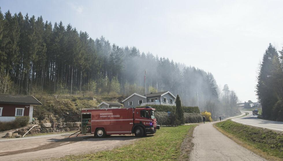 Brannvesenet rykket onsdag ettermiddag ut til brann ved Solnesåsen i Melsovik. Kl 14:09 melder politiet at det ikke lenger er åpen ild. Men at brannvesenet vil drive etterslukking utover dagen Foto: Trond Reidar Teigen / NTB scanpix