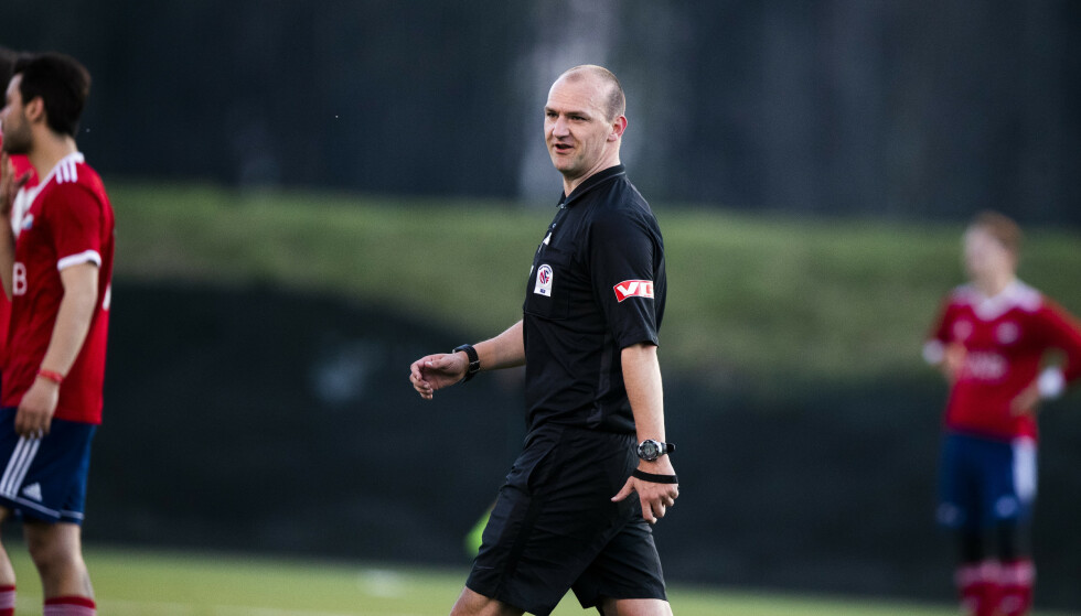 Tirsdag dømte den tidligere Premier League-dommeren Bobby Madley 4. divisjonskampen mellom Furuset og Hasle/Løren. Foto: Berit Roald / NTB scanpix