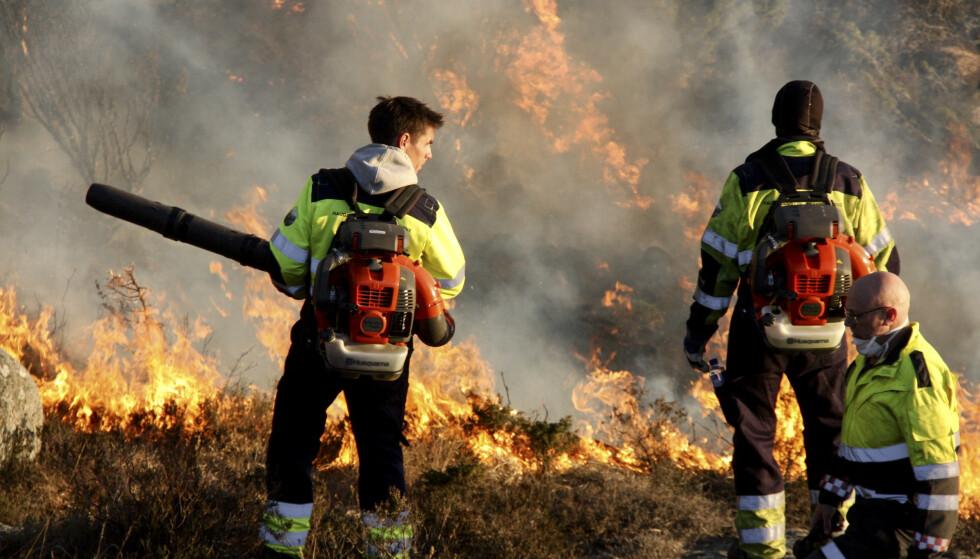 Tidligere i april brant det i Tysvær. Her lager brannvesenet motbrann for å hindre flammene i å spre seg. Foto: Tor André Johannessen / NTB scanpix