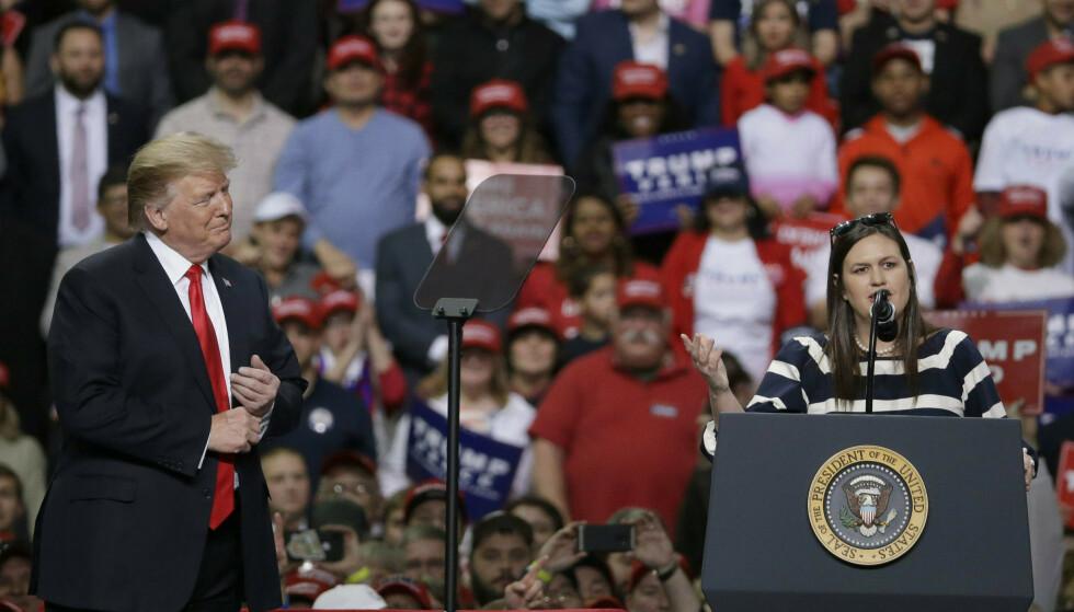 Donald Trump tok med seg pressetalskvinne Sarah Sanders på valgmøte i stedet for pressemiddag. Han spøkte med å gi henne sparken for å være for populær. Foto: Mike Roemer / AP / NTB scanpix