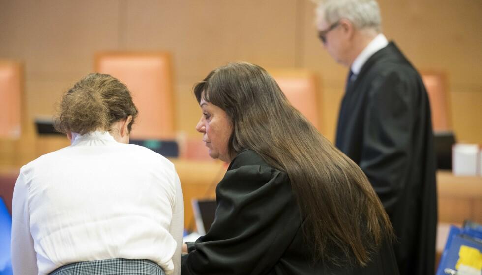 Forsvarere Ann-Turid Bugge og Aasmund Olav Sandland sammen med den tiltalte moren under rettssaken i Eidsivating lagmannsrett i den såkalte Valdres-saken. (Foto: Terje Pedersen / NTB scanpix).