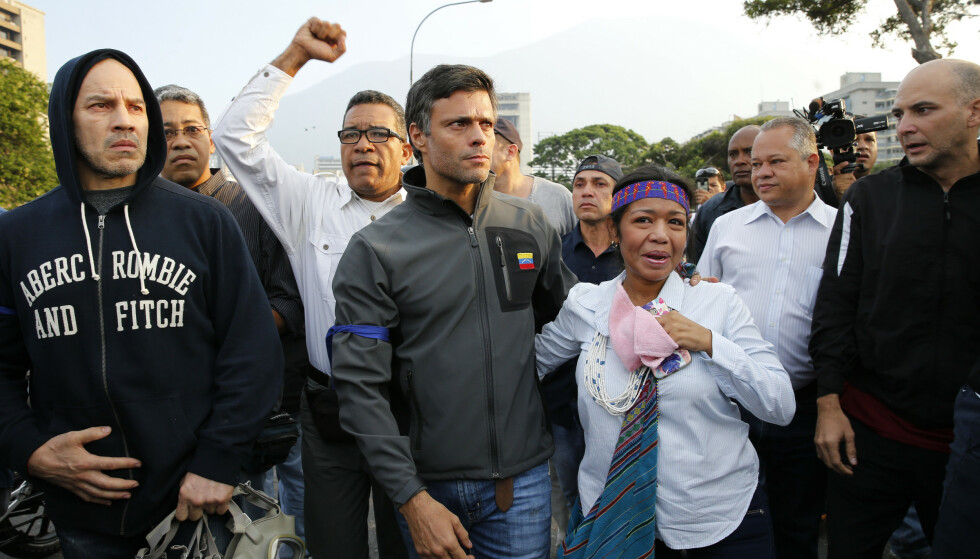 Det er gitt ordre om at opposisjonspolitikeren Leopoldo Lopez skal pågripes. Foto: AP Photo/Ariana Cubillos