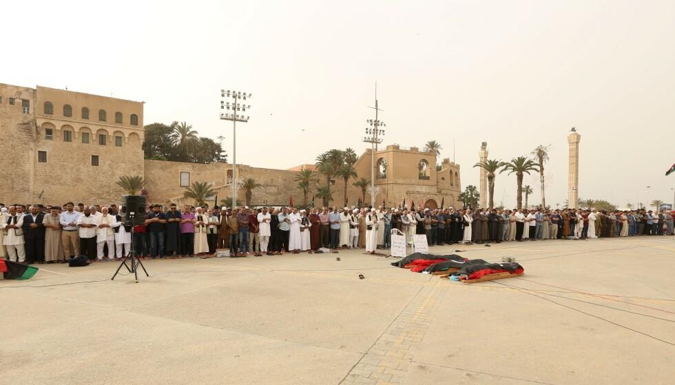 Folk er samlet til begravelse for flere som er drept i kamper. Foto: AP Photo/Hazem Ahmed / NTB scanpix