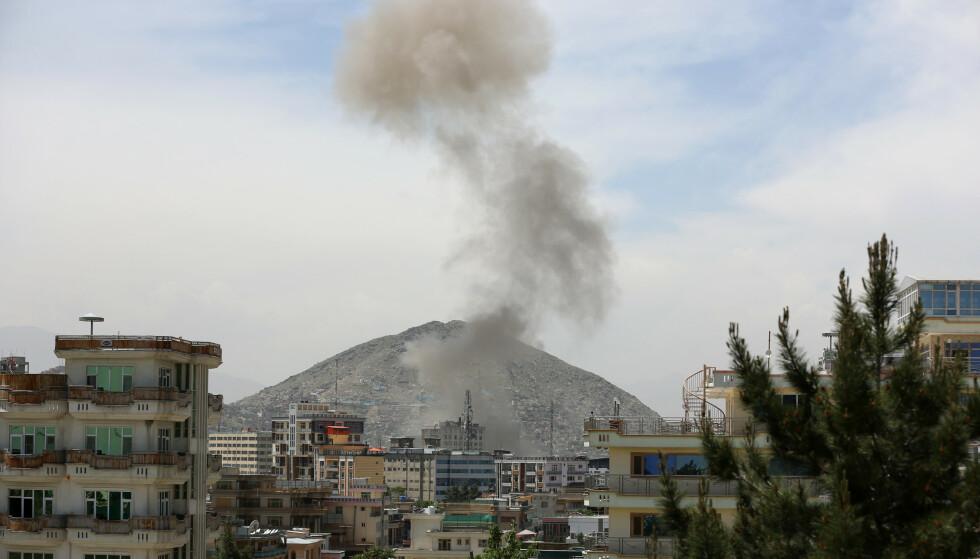 Røyk stiger til værs etter en eksplosjon i Kabul onsdag. Foto: AP