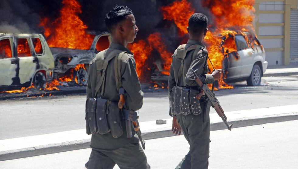 Somalias hovedstad Mogadishu har de siste årene blitt rammet av en rekke terrorangrep. Her har biler begynt å brenne etter at en bilbombe eksploderte 17. april i år. Foto: Farah Abdi Warsameh / AP / NTB scanpix