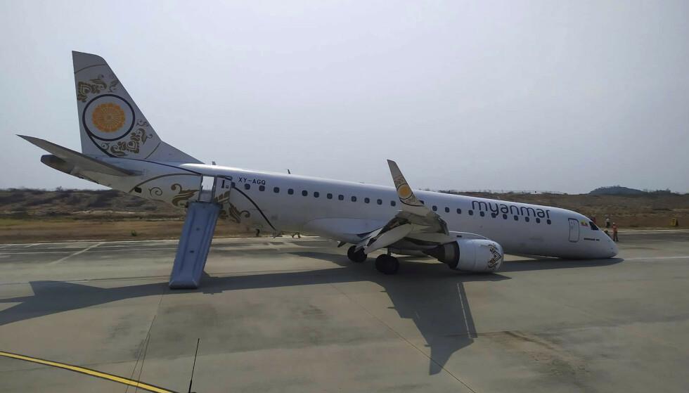 Flyet fra Myanmar National Airlines (MNA) etter at det nødlandet på flyplassen i Mandalay uten fronthjul. Foto: Aung Thura / AP / NTB scanpix