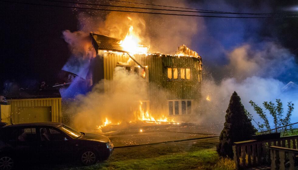 To personer mistet livet etter boligbrannen i Lierskogen i Buskerud natt til søndag. Foto: Håkon Mosvold Larsen / NTB scanpix
