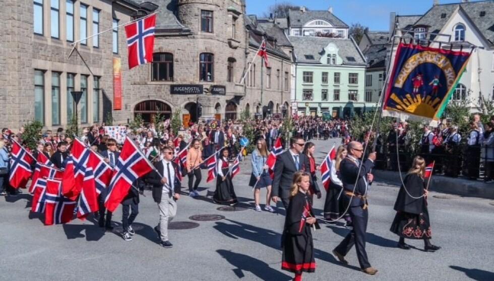 I fjor var det strålende 17. mai-vær i Ålesund mens barnetoget fylte gatene. Også i år kan folk i byen droppe bunadscapen. Arkivfoto: Halvard Alvik / NTB scanpix