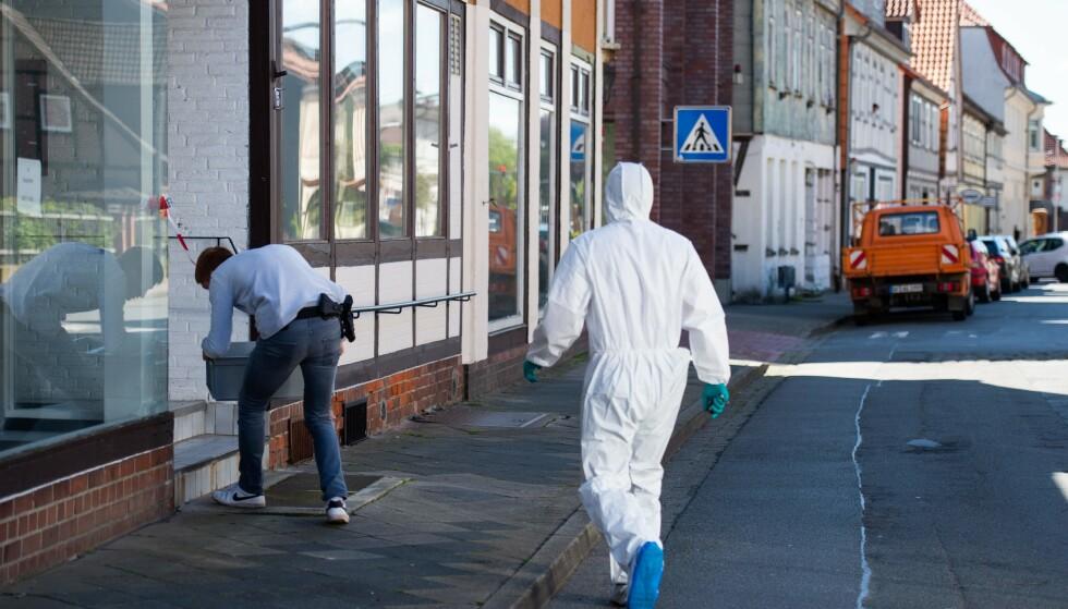 To kvinner ble funnet døde etter å ha blitt skutt med armbrøst i et hus i Wittingen nord i Tyskland. Her jobber åstedsgranskere på stedet. (Photo by Christophe Gateau / dpa / AFP) / Germany OUT).