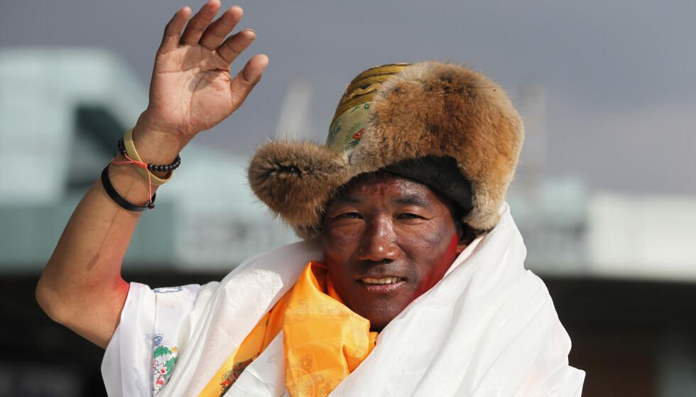 Sherpaen Kami Rita ble onsdag morgen den første i verden til å bestige Mount Everest 23 ganger. Han slo dermed sin egen rekord i antall ekspedisjoner til verdens høyeste fjelltopp. Foto: Niranjan Shrestha / AP / NTB scanpix