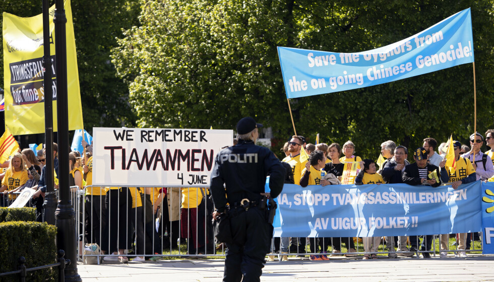 Lederen og representanter fra den kinesiske Folkekongressen besøker Norge. Utenfor Stortinget ble de møtt av menneskerettighetsorganisasjoner. (Foto: Ryan Kelly / NTB scanpix).