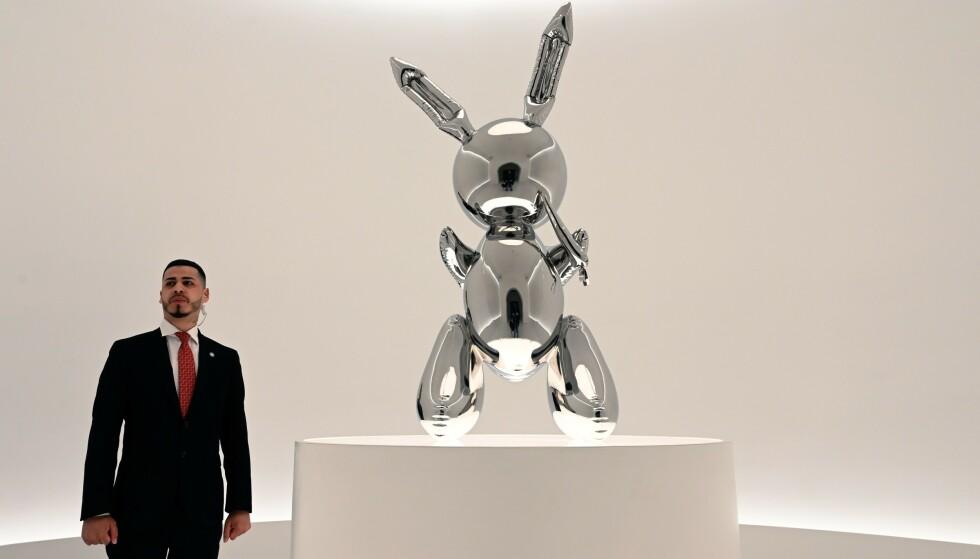 Kaninskulpturen «Rabbit» av Jeff Koons fikk stor oppmerksomhet i forkant av auksjonen på Christie's i New York, og bidro trolig til at den satte ny salgsrekord for et kunstverk solgt av en kunstner som fremdeles lever. Foto: Seth Wenig / AP / NTB scanpix
