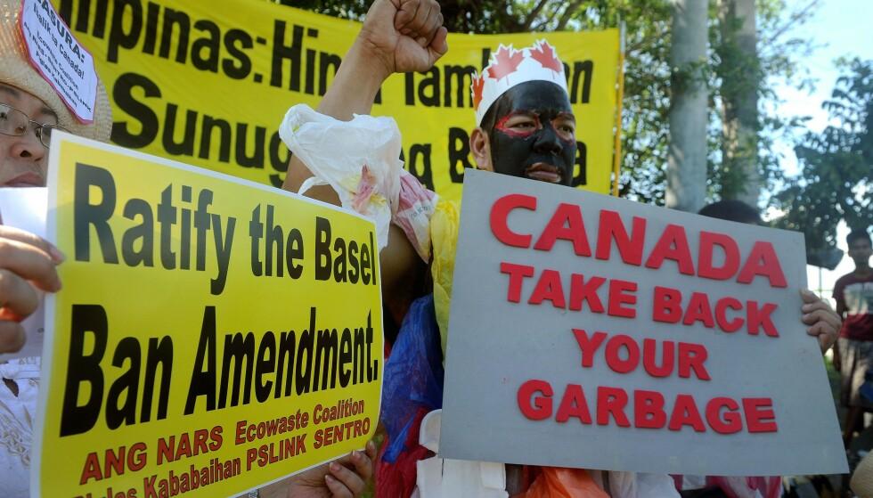 Filippinene krever at Canada henter hjem søppelet de mener ble fraktet til landet fra Canada i 2013 og 2014. Her fra en demonstrasjon i Manila i 2015. Foto: NTB scanpix / AFP