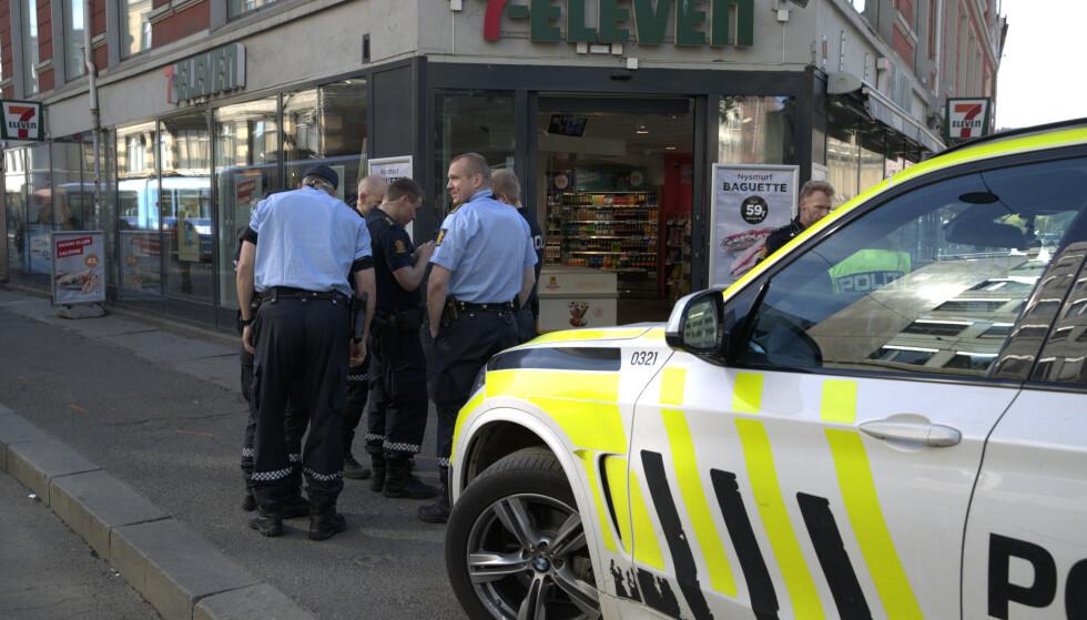 Politi i Brugata i Oslo etter melding om at en person er alvorlig skadd etter å ha blitt knivstukket. Foto: Vidar Ruud / NTB scanpix