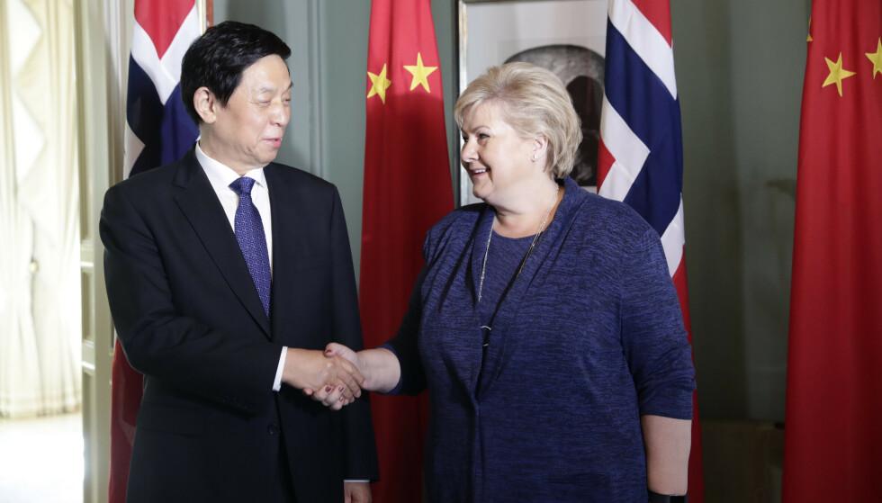 Smil og varme håndtrykk. Formannen for Kinas Folkekongress, Li Zhanshu, møtte torsdag statsminister Erna Solberg. Foto: Berit Roald / NTB scanpix