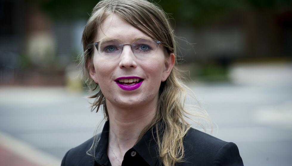 Chelsea Manning snakker med pressen utenfor rettsbygningen i Alexandria. Hun sier hun heller vil sulte seg til døde enn å vitne. Foto: Cliff Owen / AP / NTB scanpix