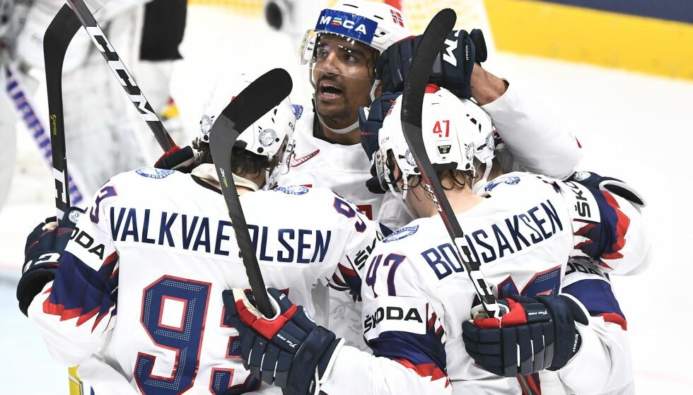 De norske spillerne jubler for Johannes Johannessens 2-1-scoring i midtperioden. Foto: Claudio Bresciani / TT NYHETSBYRÅN / NTB scanpix