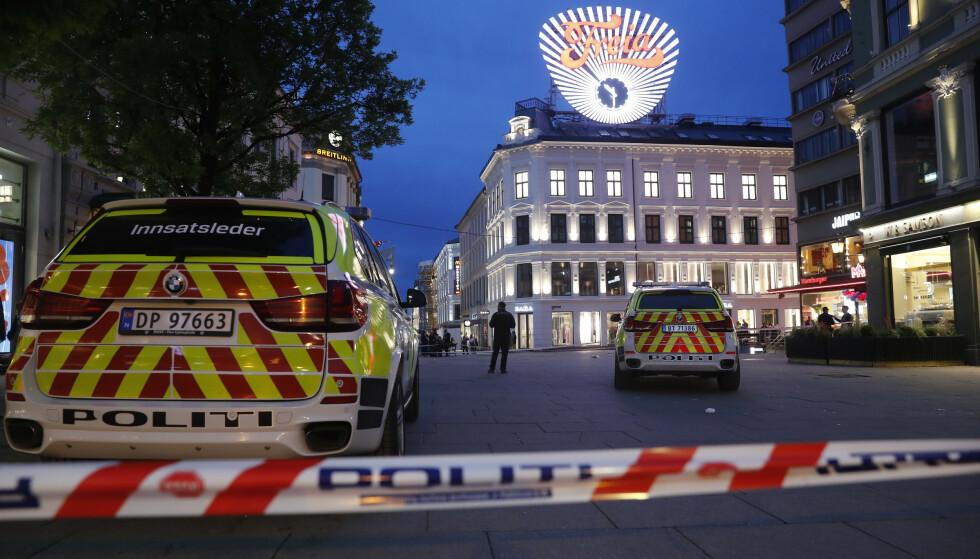 En person har blitt påført stikkskader i magen, på Egertorget. Politiet jobber med vitner på stedet. Foto: Cornelius Poppe / NTB scanpix