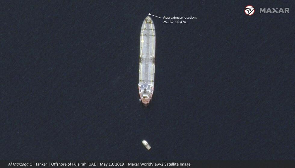 Dette satellittbildet viser den saudiarabiske oljetankeren Al Marzoga utenfor Emiratenes havneby Fujairah etter det angivelige sabotasjeangrepet mot den og tre andre tankskip som lå ankret opp i sjøen. Foto: Maxar Technologies via AP / NTB scanpix