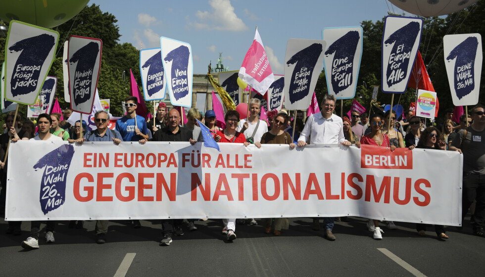 Mange tusen tyskere demonstrerte i Berlin mot høyreradikalisme og nasjonalisme foran EU-valget neste uke under slagordet «Ett Europa for alle. Mot nasjonalisme». Foto: Markus Schreiber / AP / NTB scanpix
