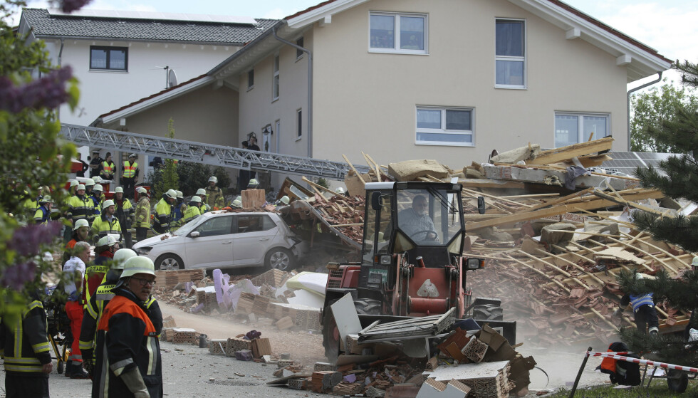 En mann og hans sju år gamle datteren er funnet omkommet i ruinene av et hus som ble rammet av en eksplosjon i Rettenbach am Auerberg i Tyskland søndag. Foto: AP / NTB scanpix