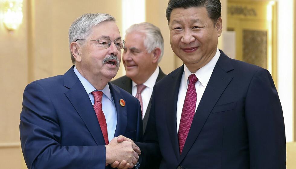 USAs ambassadør Terry Edward Branstad (til venstre) trykker hånden til Kinas president Xi Jinping under et møte i Beijing i 2017. Forholdet mellom landene er blitt vanskeligere den siste tiden, og samtalene om en ny handelsavtale har ikke ført fram. Foto: Lintao Zhang / AP / NTB scanpix