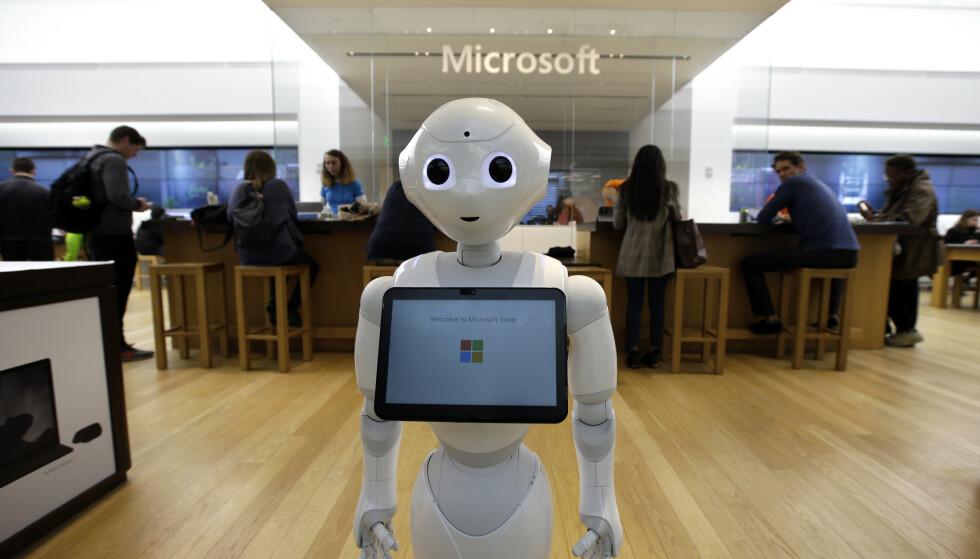 Kun én av fem offentlige virksomheter har tatt i bruk kunstig intelligens i utviklingen av digitale tjenester, viser en fersk undersøkelse fra IKT-Norge. Bildet viser et eksemplar av den selvlærende roboten «Pepper» i en Microsoft-butikk i Boston i USA. Foto: AP / NTB scanpix.