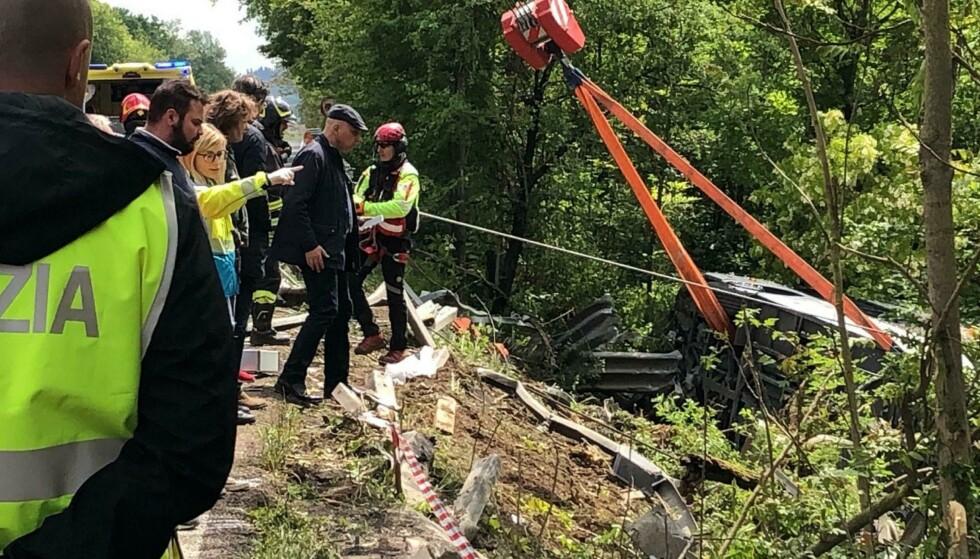 Redningsmannskaper jobber på ulykkesstedet i nærheten av Siena onsdag. Foto: ANSA via AP / NTB scanpix