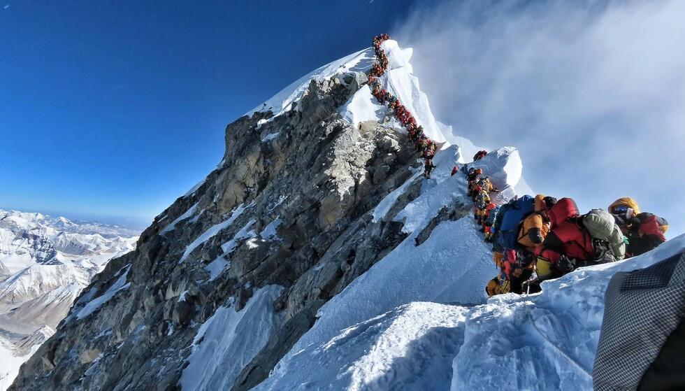 378 klatrere fra hele verden har fått tillatelse til å bestige verdens høyeste fjell under årets klatresesong. Det har ført til lange køer mot toppen. Dette bildet er tatt 22. mai. (Foto: AFP PHOTO / PROJECT POSSIBLE /NTB scanpix)