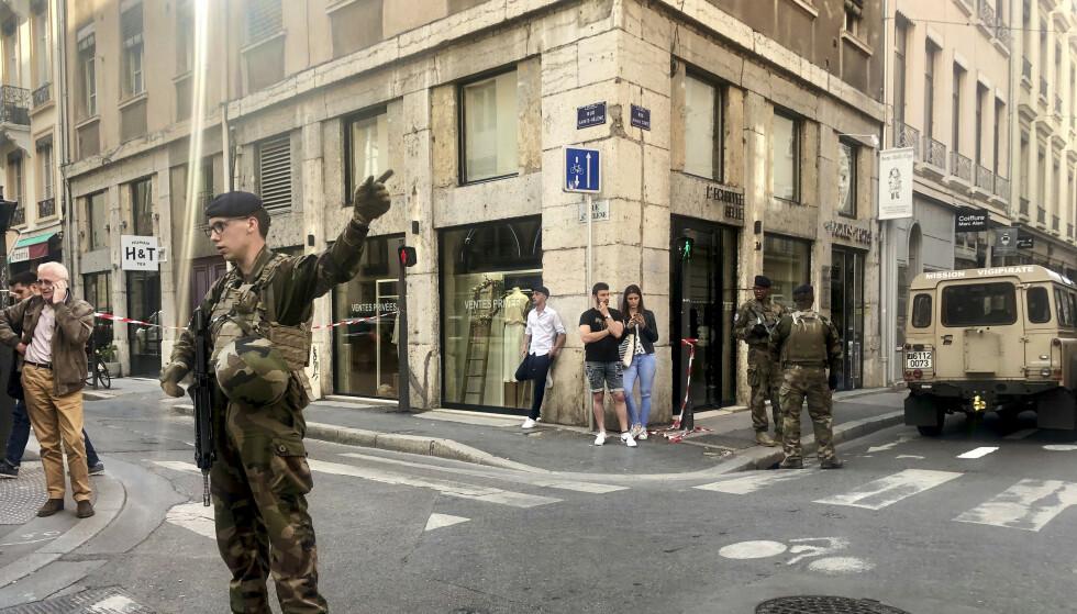 Franske antiterrorsoldater sperrer av området og ber folk holde seg unna etter at det som tilsynelatende var en pakkebombe eksploderte i sentrum av Lyon fredag. Foto: Sebastien Erome / AP / NTB scanpix